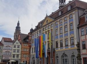 Rathaus mit den Stadtwappen und dem Turm der Moritzkirche