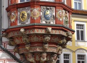 Stadthaus mit dem Erker und Wappen des Herzogshauses